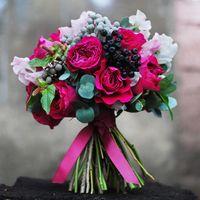 Букет невесты в розово-черных тонах из фиалок и ягод вибурнума