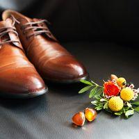 лакада, свадьба за городом, свадьба у воды, осенняя свадьба, сборы жениха, утро, в отеле, туфли, бутоньерка, запонки, коричневый, оранжевый
