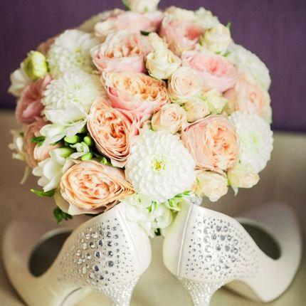 Букет невесты с пионовидными розами и георгинами