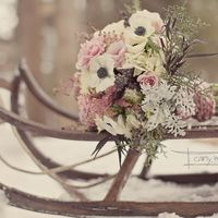 Букет невесты в желто-розовом цвете из анемонов, астр, роз, асильбы и зелени