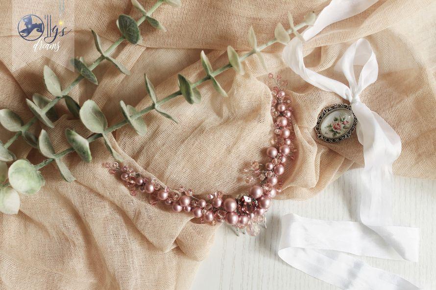 Гребень пудрового розового оттенка выполнен вручную из стеклянных бусин, а так же бусин и жемчуга Swarovski. Используется для декорирования прически в греческом стиле. Длина (без учета металлической основы) примерно 21 см. В НАЛИЧИИ! Прокат 20 рублей. Пок - фото 15833506 Lilac Avenue - дизайн event-полиграфии