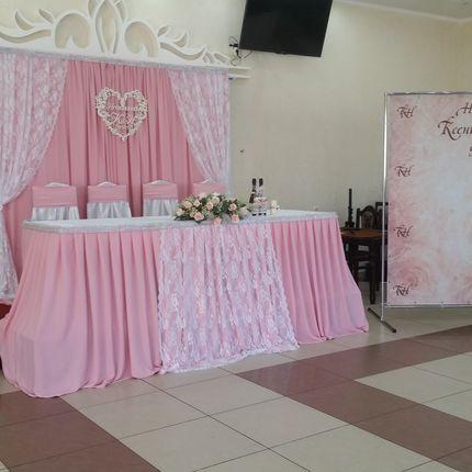 Украшение зала в нежно розовом цвете