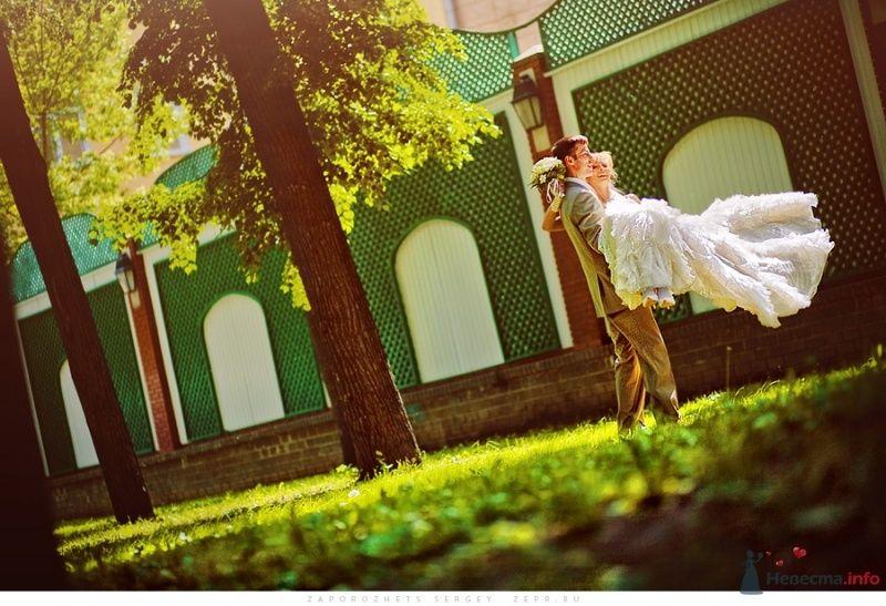 Жених и невеста, прислонившись друг к другу, стоят на фоне зелени и дома - фото 30893 Фотограф Запорожец Сергей