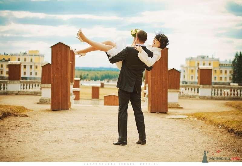 На улице жених взял на руки невесту - фото 31779 Фотограф Запорожец Сергей