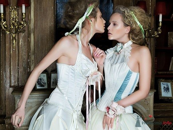 Причёски невест украсили салатовые атласные ленты, браслет с шелковыми цветами и шелковая роза на корсаже платья - фото 65987 Julia Kay