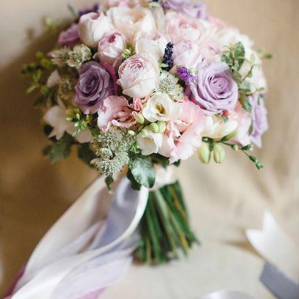 Букет с лавандой, фрезиями и пионовидными розами