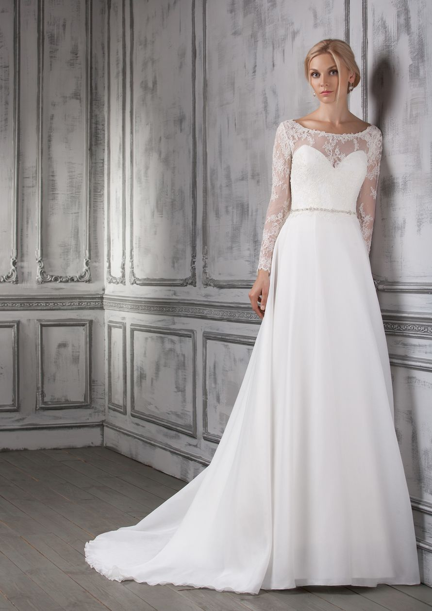 Josefina Это легчайшее платье просто олицетворение женственности! Воздушная шелковая юбка в сочетании с фактурным кружевом на полупрозрачной основе создают  торжественный и нежный образ. Ткани и материалы: шелк, кружево Цвет: молочный Идея: дополните это  - фото 8323346 Свадебный салон Art рodium