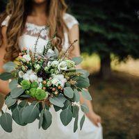Необычный букет невесты с хлопком и суккулентами для необычной пары