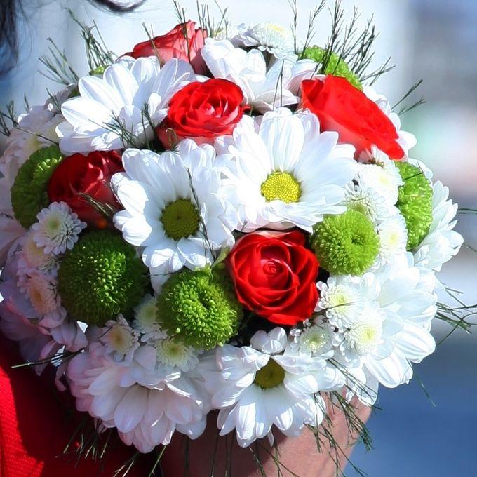 букет из ромашковых хризантем фото