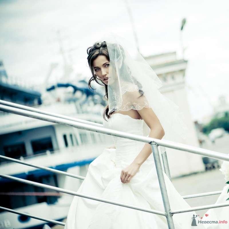 Невеста в белом платье идет по лестнице - фото 50313 Sabinulya