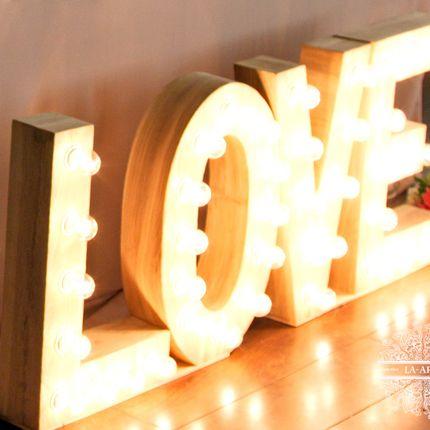 Аренда слова Love из ретро-ламп