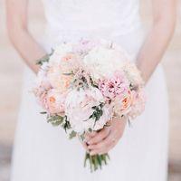Нежный букет невесты из пионов, пионовидных роз и астильбы