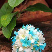 Венок и бутоньерка из белых и синих орхидей