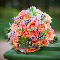 Букетик невесты из множества разных размеров суккулентов, крупных пионовидных роз, крупных розочек, серой брунии, ранункулусов и астрантии.  (812) 92 337 87  (Петербург)  (Москва)