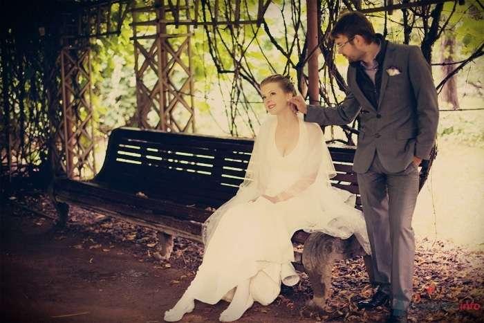 Невеста сидит на деревянной скамейке, рядом с ней стоит жених - фото 57883 Фотограф Мария Ширяева (KAIOSHK)