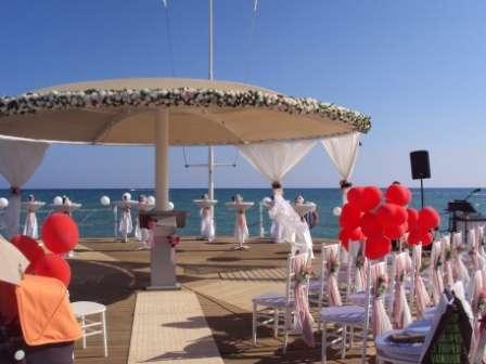 композиция цветочная на зонт на пирсе. Оформление пирса - фото 1020035 TUANA Организация свадьб и торжеств в Анталии