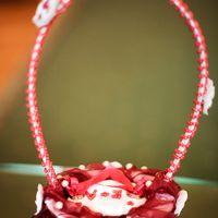 Корзинка для колец с бордовым декором.