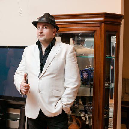 Ведущий Андрей Блажанов