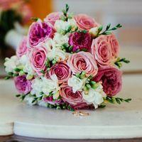 Букет из роз и фрезии