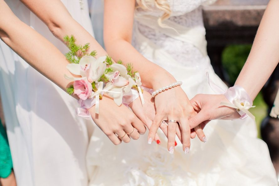 """Бутоньерка-браслет для подружки невесты из белых орхидей и розовых эустом с зеленью, завязанная белым атласным бантом - фото 552289 Студия флористики """"Flower shower """""""
