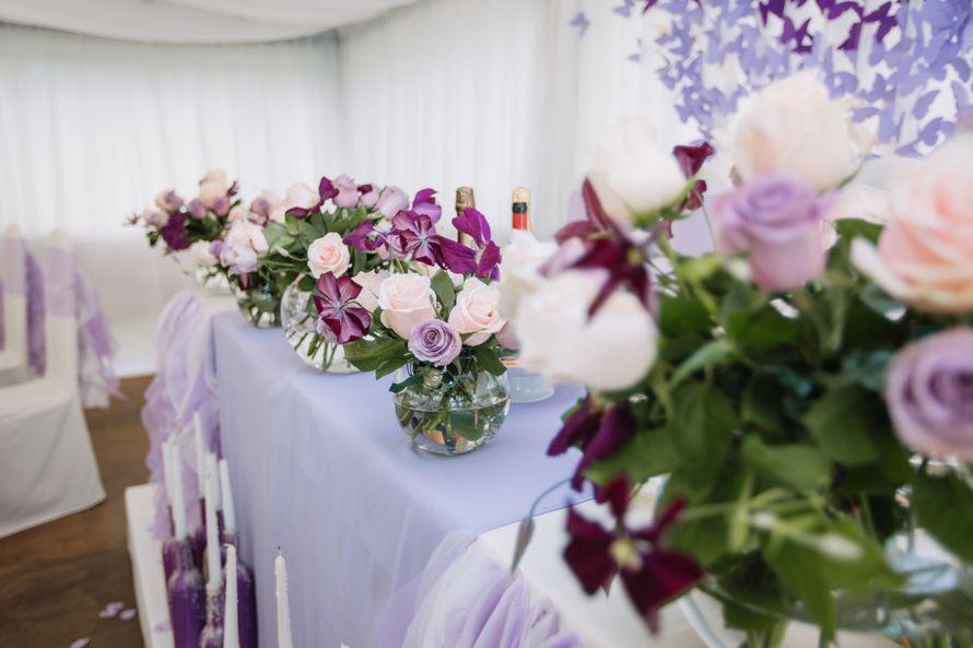 Сам президиум был оформлен шаровидными вазами с цветочными композициями, наделившими праздник особенно уютной атмосферой. Фотограф: Роман Шаец  - фото 15723636 Special Event - студия декора