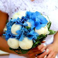 Букет невесты из белых пионов и голубых гортензий