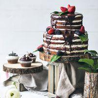 """Торт с открытыми коржами в стиле """"Рустик"""". Оформлен шоколадом и свежими ягодами."""