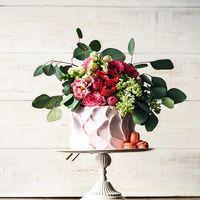 Цветочное оформление. Верхушка торта - один из вариантов добавления цветочных акцентов.
