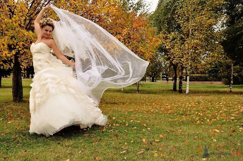 Невеста в белом длинном платье танцует в осеннем лесу - фото 58946 Женечка.