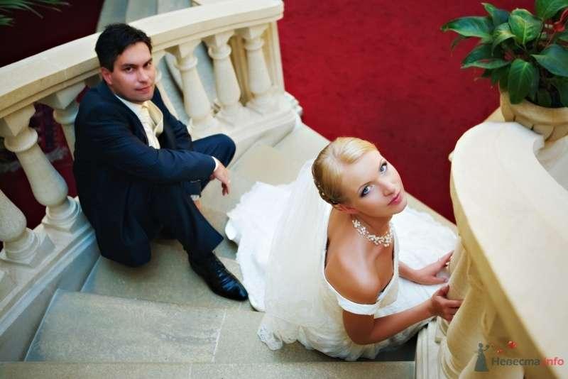Жених и невеста сидят на ступеньках в доме - фото 39766 Darinka