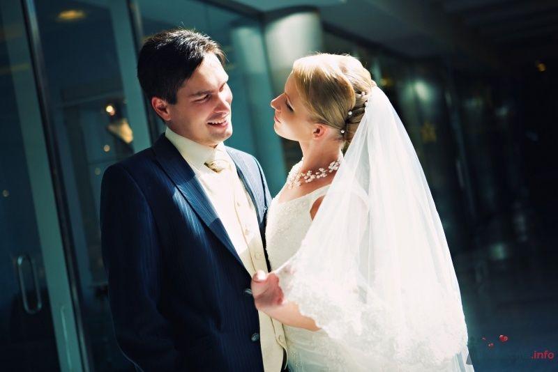 Жених и невеста стоят, прислонившись друг к другу, посреди коснаты - фото 39768 Darinka