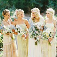 Неизменный аксессуар весенне-летней невесты - цветы. Красавицы и  модницы создают легкий образ с полураспущенными локонами, цветами или цветочными венками. Если вам понравился этот #свадебный_образ просто сообщите мне об этом ссылкой в сообщении  и я с уд