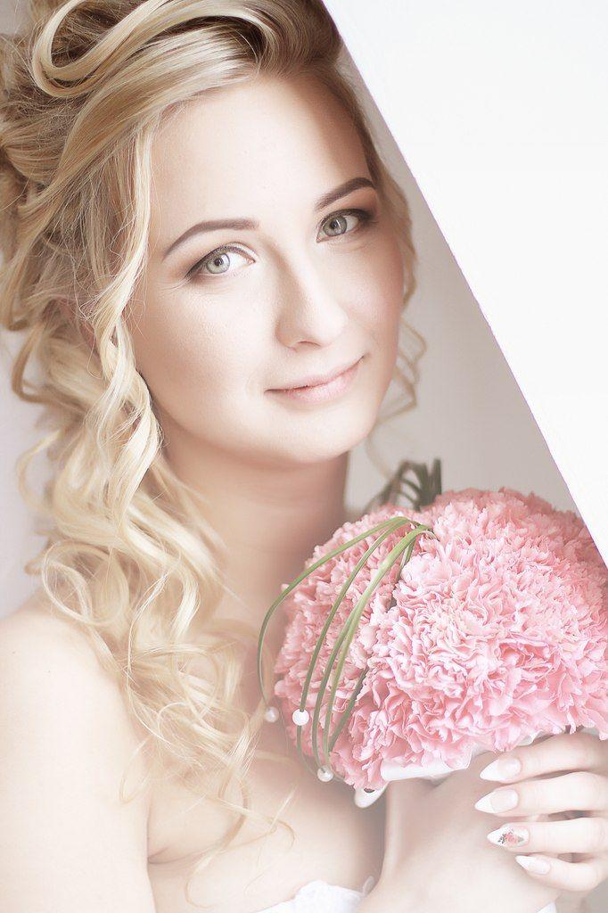 """Букет невесты в круглом стиле из розовых гвоздик, декорированный зеленым берграссом и белыми бусинами  - фото 1152763 Студия флористики и дизайна """"Kiss"""""""