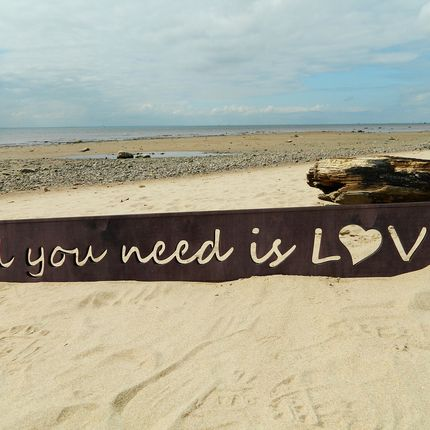 "Надпись ""All you need is love"""