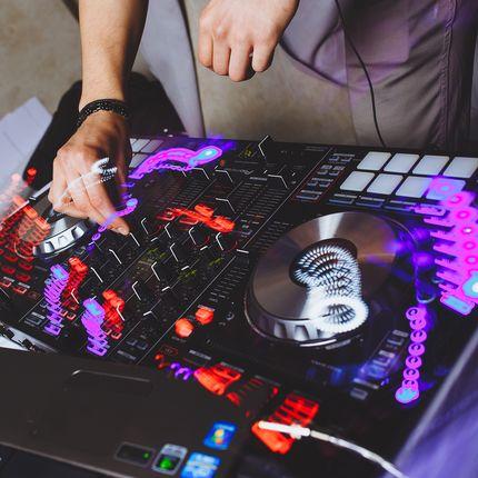 DJ Stanislav Kot (звукорежиссер с оборудованием)