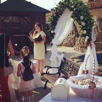 В белой корзинке ,уже на свадебной церемонии
