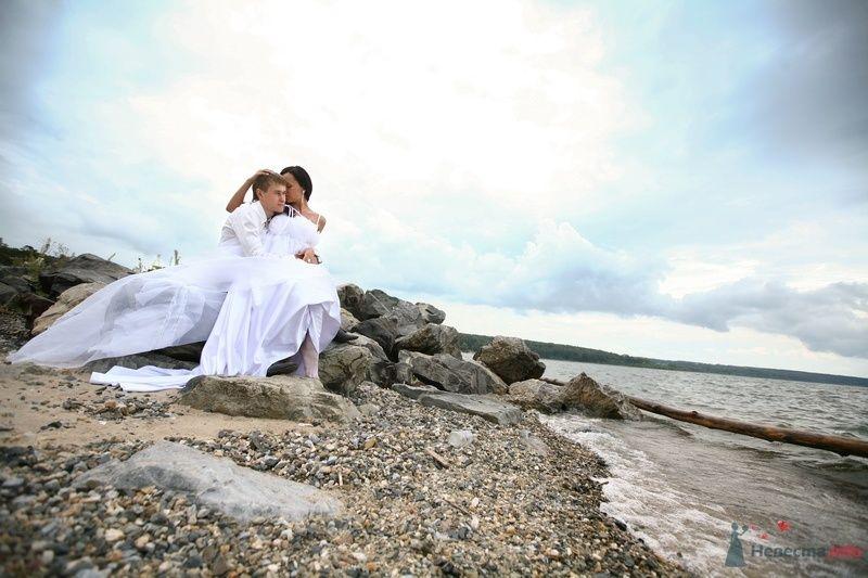 Жених и невеста сидят, прислонившись друг к другу, на берегу реки - фото 58241 Юлия14