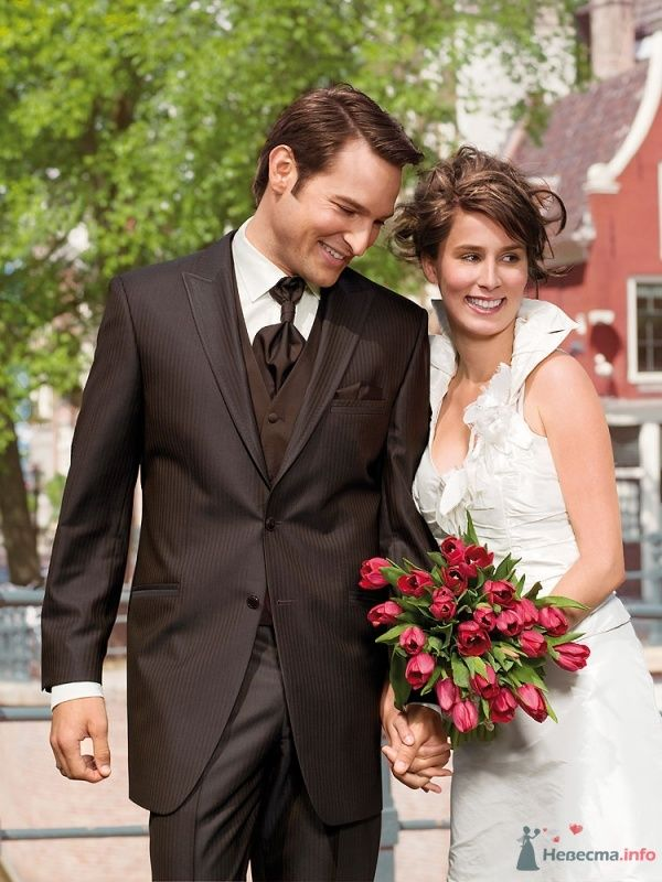 Классический коричневый костюм тройка с коричневыми галстуком и белой рубашкой - фото 66552 dobro