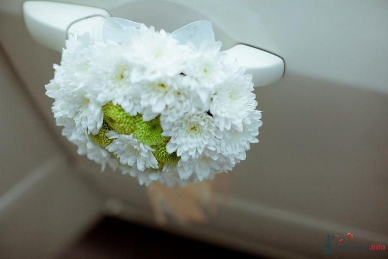 Букетик из белых цветов - украшение ручек дверей свадебного авто.