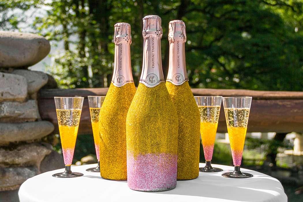 Бутылки и бокалы, декорированные блестками - фото 11294962 Вероника пожени - аренда арок, декора, фотозоны