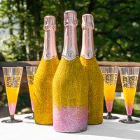 Бутылки и бокалы, декорированные блестками