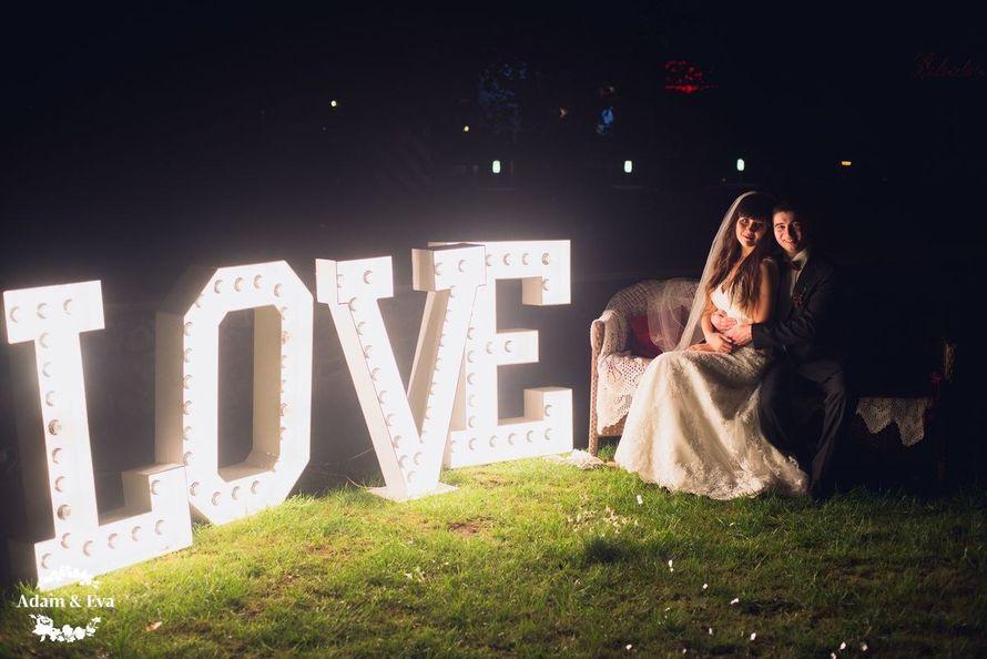 Вдохновлённые трендовым цветом этого сезона, организаторы свадебного агентства Адам и Ева  создали концепцию, которой соответствовали все детали - плоть до оттенка вина в бокалах. Завороживает своим изяществом и красотой декор свадьбы от рук мастеров  . Н - фото 11336440 Свадебное агентство Adam&Eva
