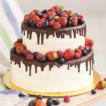 Торт с крем-чизом, стекающим шоколадом и свежими ягодами