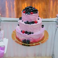Свадебный торт омбре с ягодами от Свит Бисквит