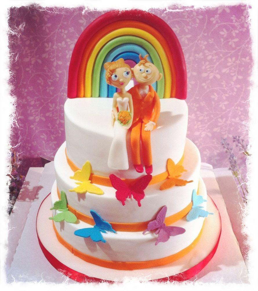 """Трехъярусный свадебный торт, в белой мастике, украшенный разноцветными бабочками, радугой и фигурками молодых из сахарной пасты  - фото 519405 Мастерская """"Тортики от Одри"""""""
