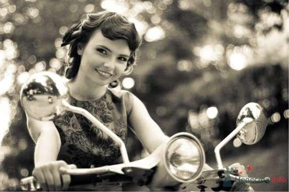 Вечерняя прическа украшенная живыми цветами, вечерний макияж - фото 32983 Стилист-визажист Кандалова Елена