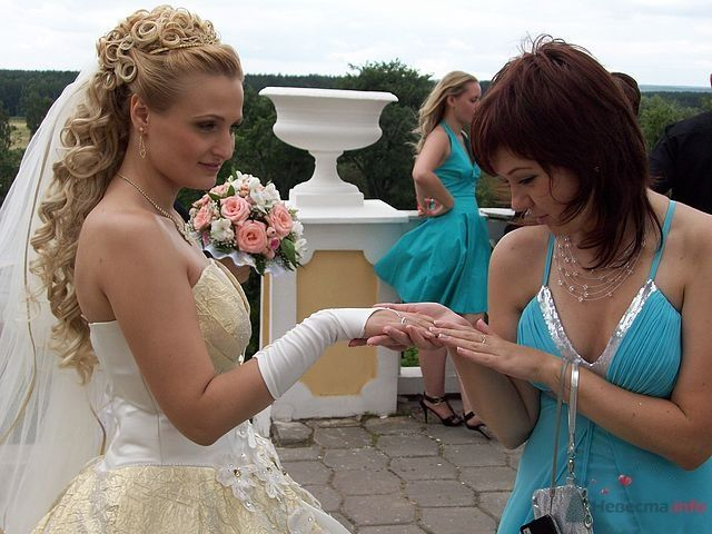 Свадебная прическа с использованием шиньона, украшенная диадемой, искуственными розами и фатой. Свадебный макияж. - фото 40964 Стилист-визажист Кандалова Елена