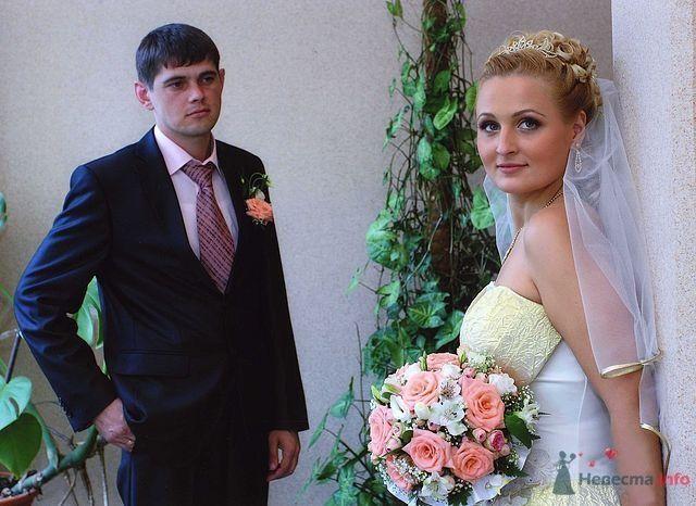 Свадебная прическа с использованием шиньона, украшенная диадемой, искуственными розами и фатой. Свадебный макияж. - фото 40965 Стилист-визажист Кандалова Елена