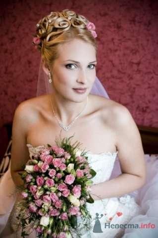 Свадебная прическа на длинные волосы, украшенная живыми розами и фатой. Свадебный макияж - фото 44726 Стилист-визажист Кандалова Елена