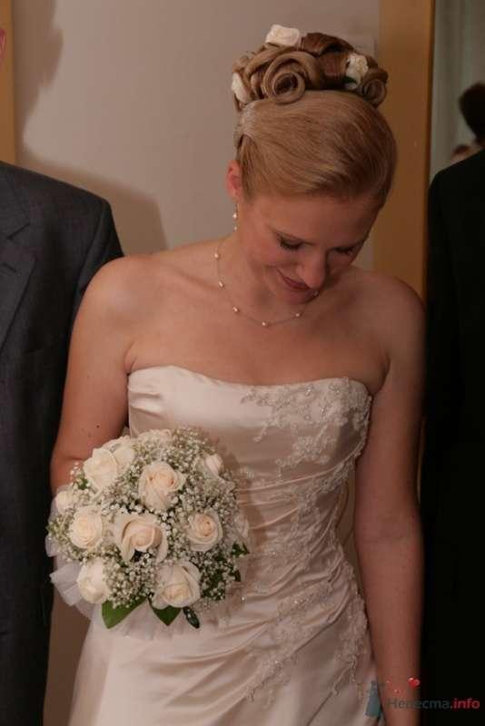 Свадебная прическа на длинные волосы, украшенная живыми розами и жемчугом. Свадебный макияж - фото 51795 Стилист-визажист Кандалова Елена